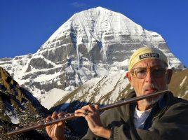 Chris Hinze mit seiner Flöte in Tibet. (Foto: Chris Hinze)