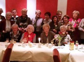 Dioe Damen des Service-Teams der Seniorenbegegnungsstätte vor ihrem Essen im Unnaer Ölckenturm. (Foto: privat)