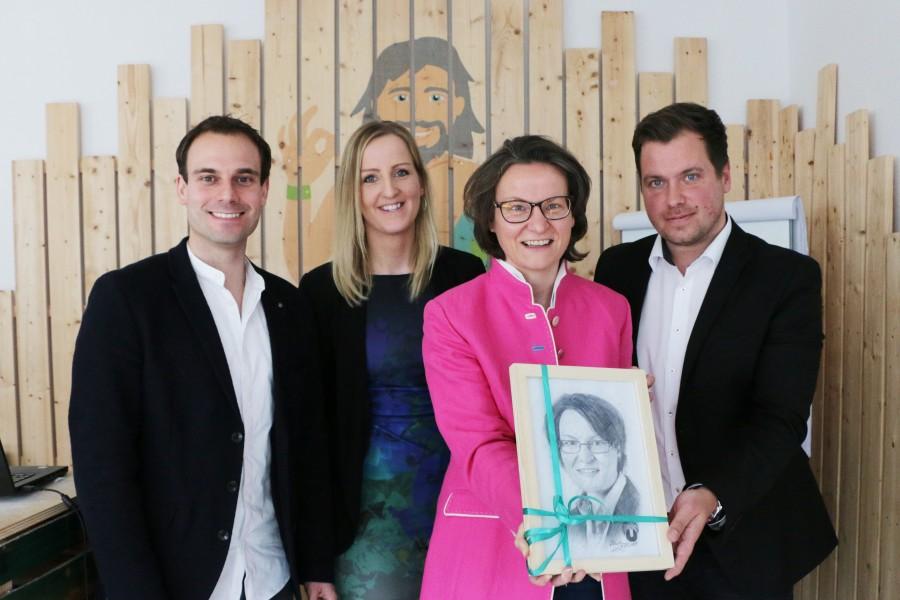 Als Geschenk gab es ein Portrait der Ministerin, gezeichnet vom Creative Director der UNIQ GmbH, v.l.: Daniel Marx, Martina Kolesnik, Ministerin Ina Scharrenbach und Daniel.Krahn. (Bild: UNIQ)