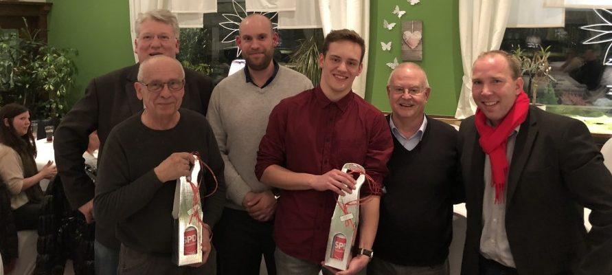 Der Mitgliederbeauftragte Till Knoche (r.) und Ortsvereinsvorsitzender Theo Rieke (2.v.r.) begrüßten die anwesenden Neumitglieder in der Mitgliederversammlung. (Foto: SPD)