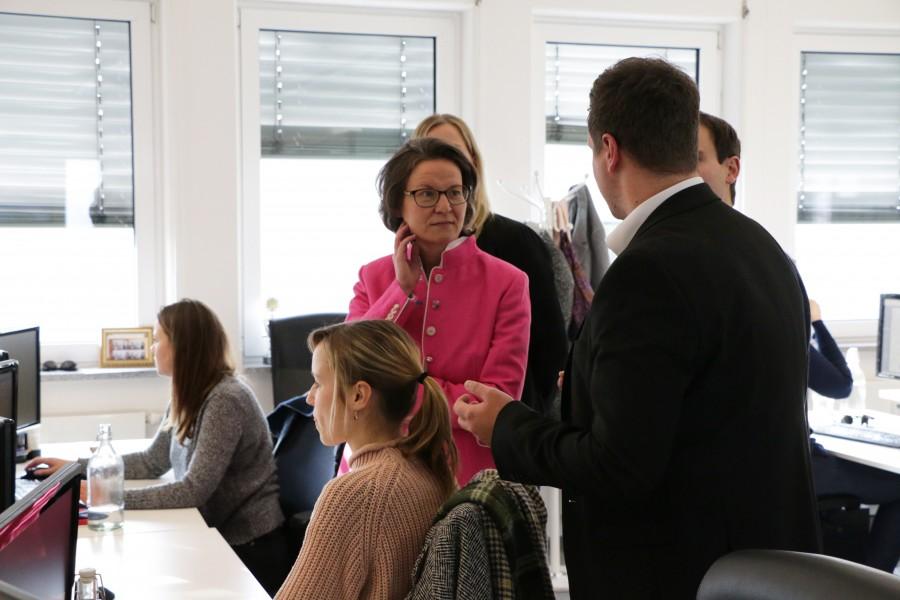 Während desFirmenrundgangs zeigten die beiden Gründer Ministerin Scharrenbach, was sie innerhalb der letzten fünf Jahre aufgebaut haben - ein Unternehmen mit mehr als 185 Mitarbeitern. Bild: UNIQ