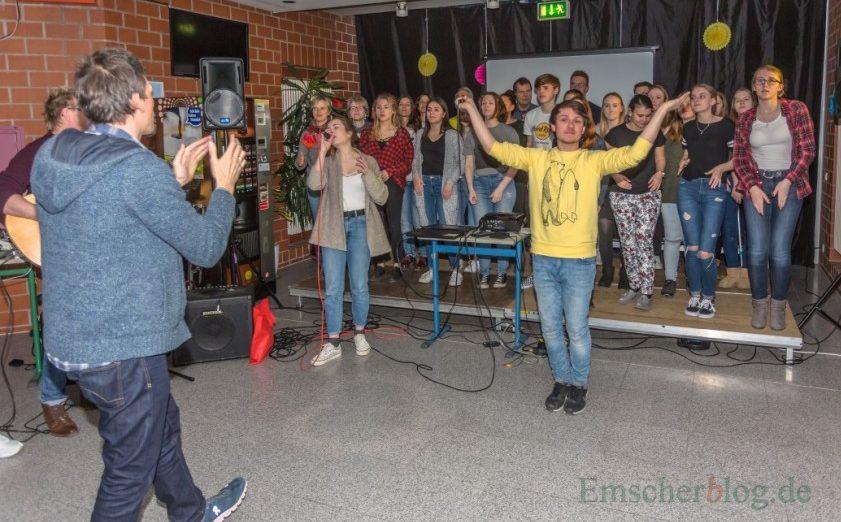 Sucht noch Mitstreiter fpr den neuen Musical- und Theaterverein: Kim Friehs (vorne), hier bei einer Probe mit Clara's Voices. (Foto: P. Gräber - Emscherblog.de)
