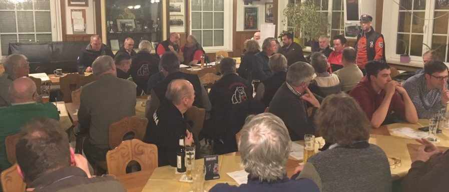"""Die Schlüter und Schlepperfreunde gab auf ihrer gut besuchten Jahreshauptversammlung im Kreiselck den Termin für die geplanten """"Ackertage"""" bekannt. Foto: privat)"""