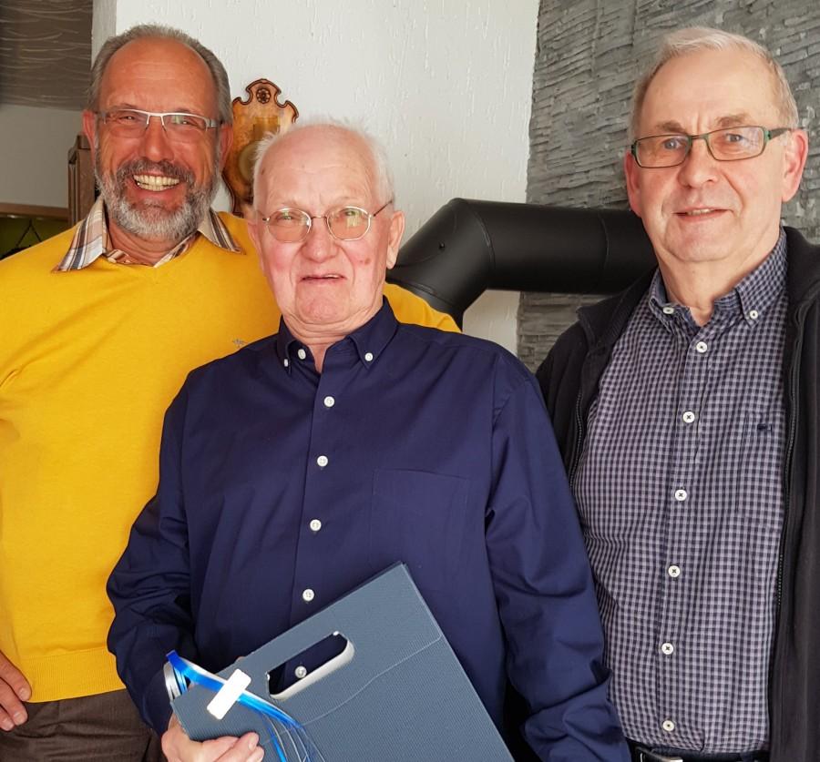 Geschäftsführer Günter Schütte (r.) und Harald Jelinek (l.) aus der Marketingabteilung gratulieren Manfred Stappers zum Geburtstag. (Foto: privat)