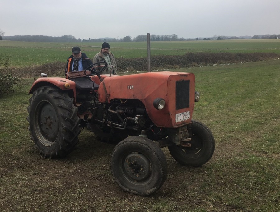 """Endlich haben die Schlepperfreunde den passenden Trecker gefunden: Nach der Restaurierung soll der """"kleine roten Traktor"""" für Kinder zur Verfügung gestellt werden. Foto: privat)"""