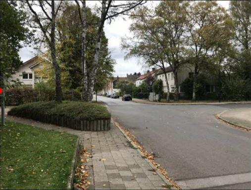 Sicherheitsrisiko nach Ansicht der Gutachter: Fußgänger nutzen die Umgehung des Pflanzbeetes nicht und gehen rechts auf der Fahrbahn rechts am Beet vorbei. (Foto: Gemeinde Holzwickede - Büro Bünermann)