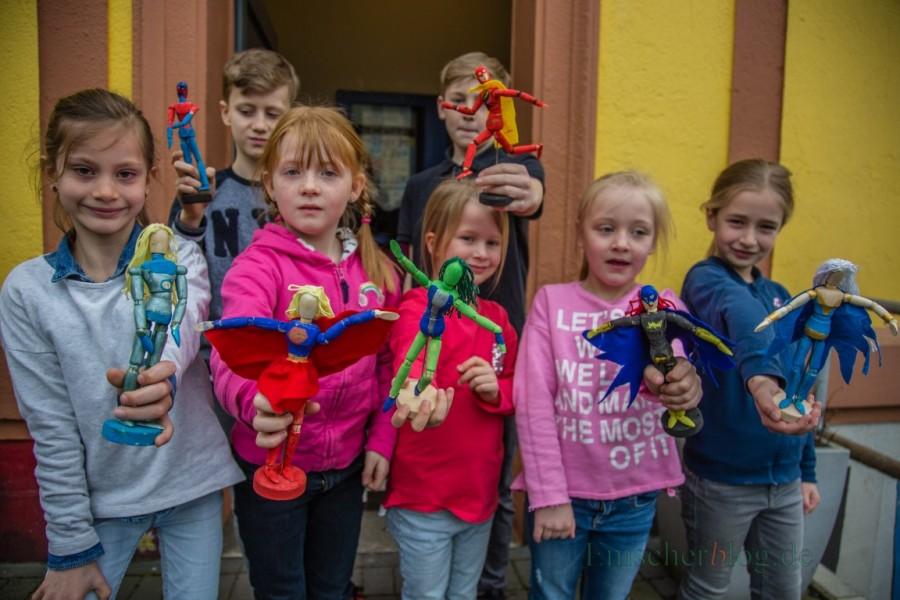 Stolz präsentieren die Kinder ihre Superhelden und -heldinnen,. die sie für das Osterferienprojekt im Treffpunkt Villa gefertigt haben. (Foto: P. Gräber - Emscherblog.de)
