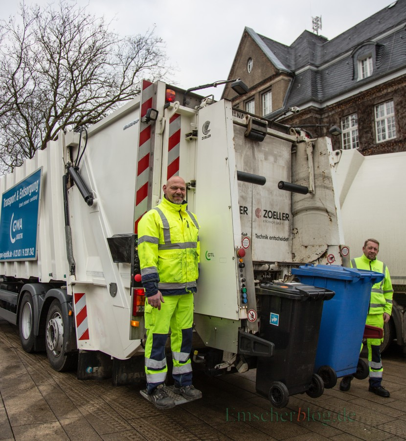 Ein Bericht der GWA zum Thema saubere Abfalltrennung und Gebührengerechtigkeit ist am Montagabend Thema im Umweltausschuss: Müllabfuhr vor dem Rathaus. P. Gräber - Emscherblog.de)