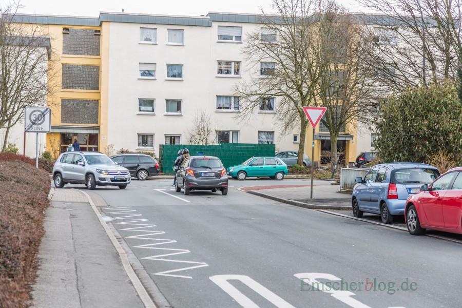Die FDP will den Einmündungsbereich Sölder- und Hauptstraße auf Kosten eines Parkplatzes und Grünbeetes übersichtlicher gestalten lassen. (Foto: P. Gräber - Emscherblog.de)