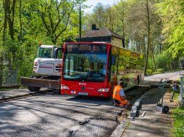 Ganz schön eng: Gestern wurden die Bordsteine gesetzt, ab Montag gibt es dann gar kein Durchkommen mehr für die VKU-Busse auf der Steinbruchstraße. (Foto: P. Gräber - Emscherblog.de)
