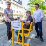 Privater Nahverkehr für Bankdrücker: Gemeinde stellt weitere Mitfahrbank auf