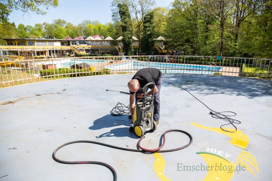 Wolfgang Ohl und seiune Kollegen haben die Säuberungsarbeiten im Außenbereich der Schönen Flöte fast beendet. Der Saisonstart ist für den 13. Mai geplant. (Foto: P. Gräber - Emscherblog.de)