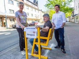 Bürgermeisterin Ulrike Drossel, derLeiter des Baubetriebshofes, Bernd Hellweg, und Wirtschaftsförderer Stefan Thiel gaben die Mitfahrbank an der Haupotstraße heute zur Nutzung frei. (Foto: P. Gräber - Emscherblog.de)