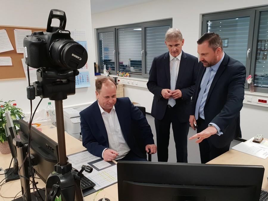 Flüchtlingsminister Dr. Joachim Stamp (l.) ließ sich von Landrat Michael Makiolla und Sachgebietsleiter Frank Hoose (r.) die Arbeit in der Erstaufnahmeeinrichtung erläutern. (Foto: Sengül Ersan - Kreis Unna)