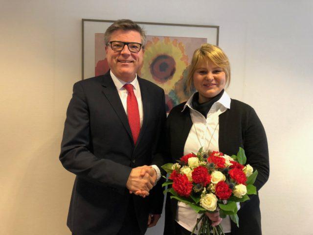 Der Vorsitzende des Freundeskreises Holzwickede-Louviers, Jochen Hake, begrüßt Maike Freitag als 350. Mitglied des Vereins. (Foto: privat)
