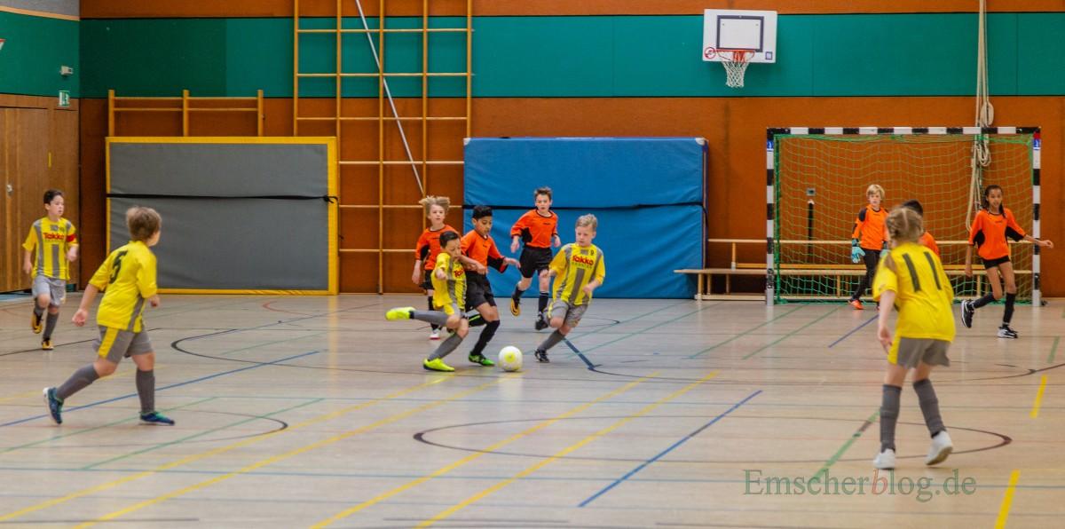 Auf dem Spielfeld ging es engagiert zur Sache und auf den Fantribünen herrschte eine super Stimmung beim 14. Grundschulcup heute in der Hilgenbaumhalle. (Foto: P. Gräber - Emscherblog.de)