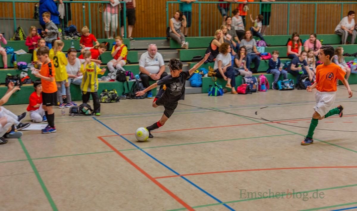 Sportliche Klasse und eine tolle Stimmung wurden heute beim 14. Grundschulcup in der Hilgenbaumhalle geboten. (Foto: P. Gräber - Emscherblog.de)
