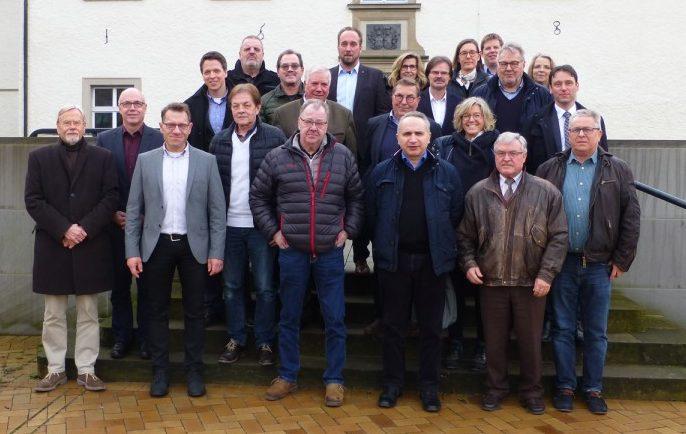 Keine anonyme Gruppe: die Mitglieder des Gutachterausschusses für Grundstückswerte um Leiter Martin Oschinski (vorne, 3.v.l.). Foto: Gutachterausschuss für Grundstückswerte Kreis Unna