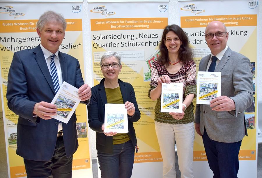 Landrat Makiolla, Anna Musinszki und Sabine Leiße (Organisation des Wettbewerbs) sowie Matthias Fischer von der UKBS (v.l.) werben für den Wettbewerb Gutes Wohnen für Familien. (Foto: Kreis Unna - Max Rolke)