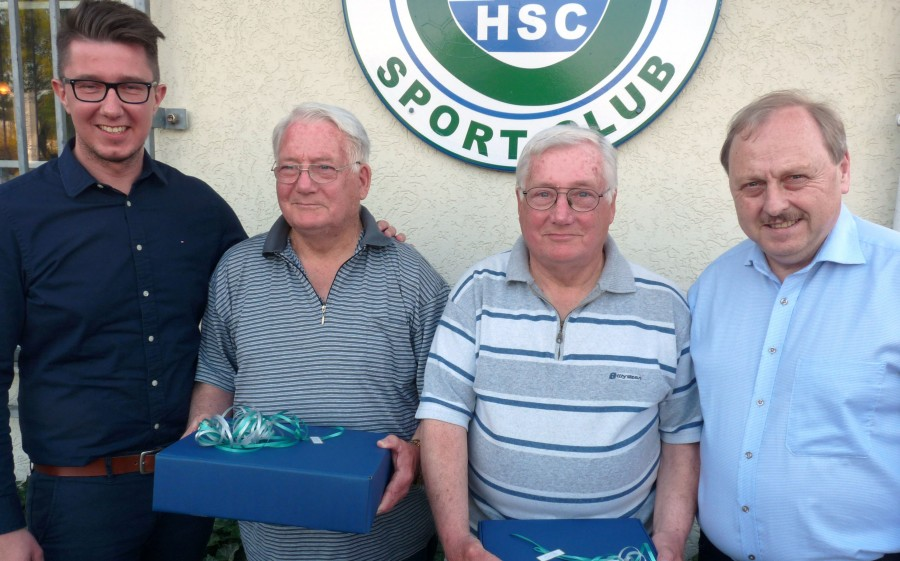 HSC-Vorsitzender Sebastian Bennet (l.) und sein Vize Udo Speer (r.) gratulierten den Zwillingsbrüder Klaus (2.v.l.) und Erwin Hemmerich nachträglich zu ihrem Ehrentag. (Foto: HSC)