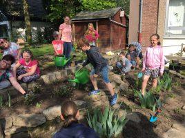 Kinder, Eltern und Pädagogen der Dudenrothschule gestalteten am Samstagvormittag den Schulgarten um und bewerben sich mit dem Projekt für einen Naturschutzpreis. (Foto: privat)