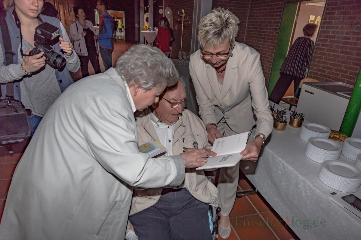 Bürgermeisterin Ulrike Drossel ließ sich von Josef Reding noch einmal eine Widmung in sein Buch schreiben, das er ihr vor acht Jahren schon schenkte und signiert hatte. (Foto: P. Gräber - Emscherblog.de)