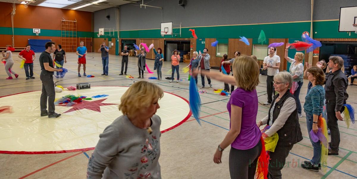 Das komplette Kollegium der Josef-Reding-Schule trainierte heute in der Hilgenbaumhalle mit Alexander Koplin und seinen Profis vom Zirkus ohne Grenzen für das Zirkusprojekt zum 50. Jahrestag der Holzwickeder Hauptschule. (Foto: P. Gräber - Emscherblog.de)