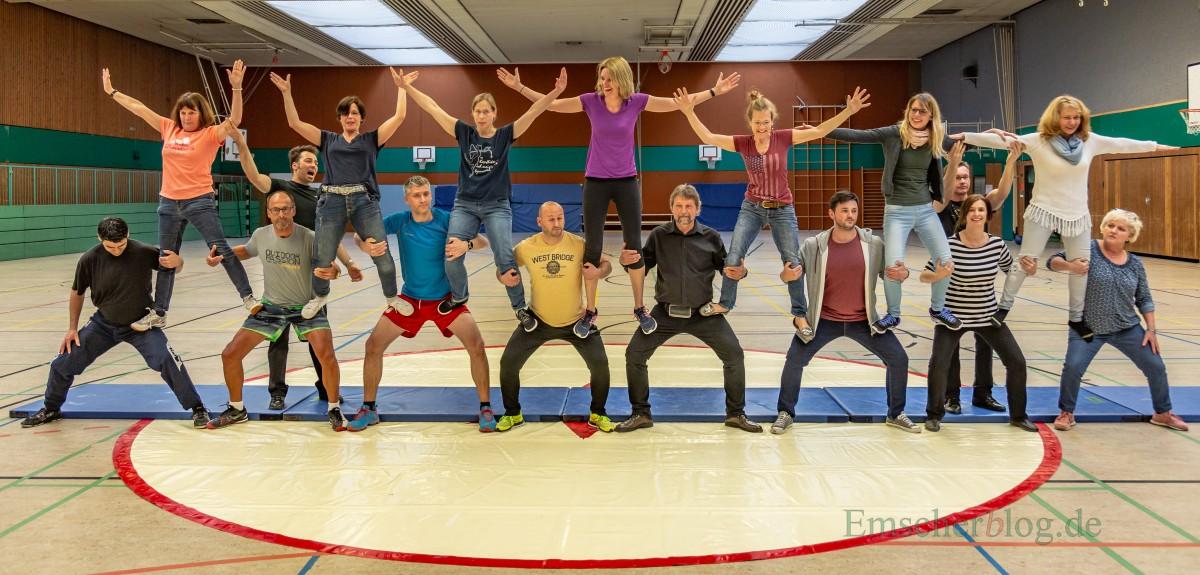 Die Lehrerinnen und Lehrer der Josef-Reding-Schule probten heute für das Zirkusprojekt zum 50. Jahrestag der Holzwickeder Hauptschule. (Foto: P. Gräber - Emscherblog.de)