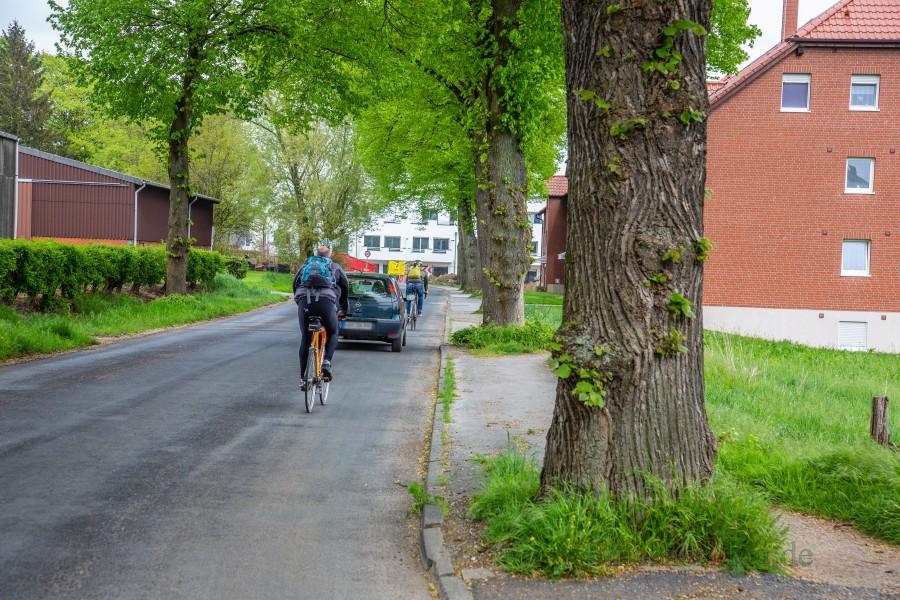 Auf der südlichen Seite der Rausinger Straße (re.) soll für rund 280 000 Euro ein neuer Gehweg entstehen - vorausgesetzt die Anwohner tragen die Hälfte dieser Kosten mit. (Foto: P. Gräber - Emscherblog.de)