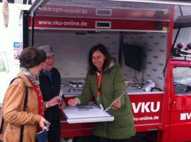 Am 13. April informiert die VKU auf dem Wochenmarkt in Holzwickede. (Foto: VKU )
