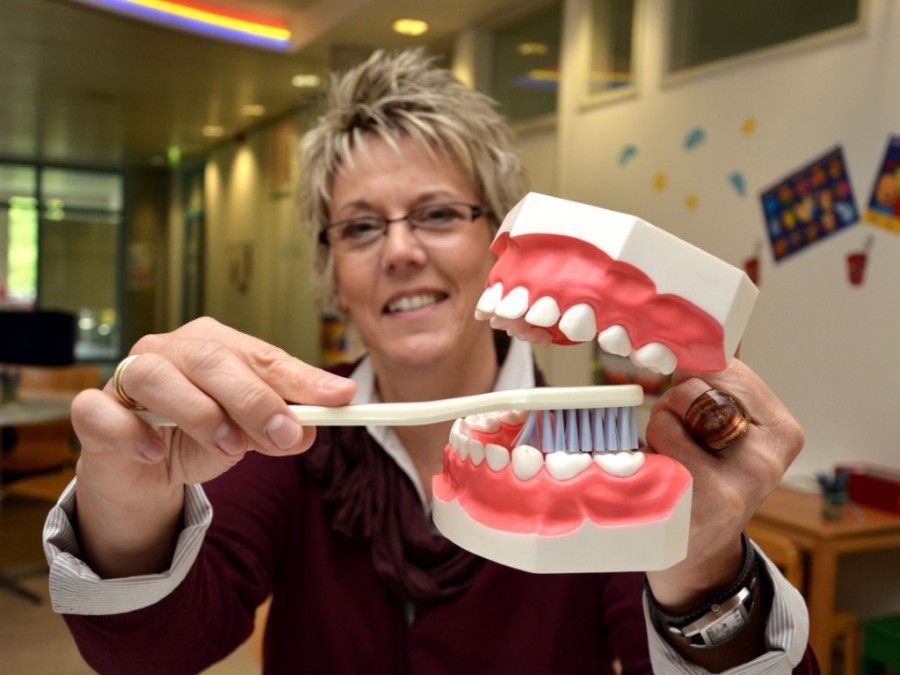 Prophylaxe-Fachkraft Heike Reimann vom Zahnärztlichen Dienst des Kreises zeigt am Modell, wie Kinderzähne richtig geputzt werden. (Foto: B. Kalle – Kreis Unna)