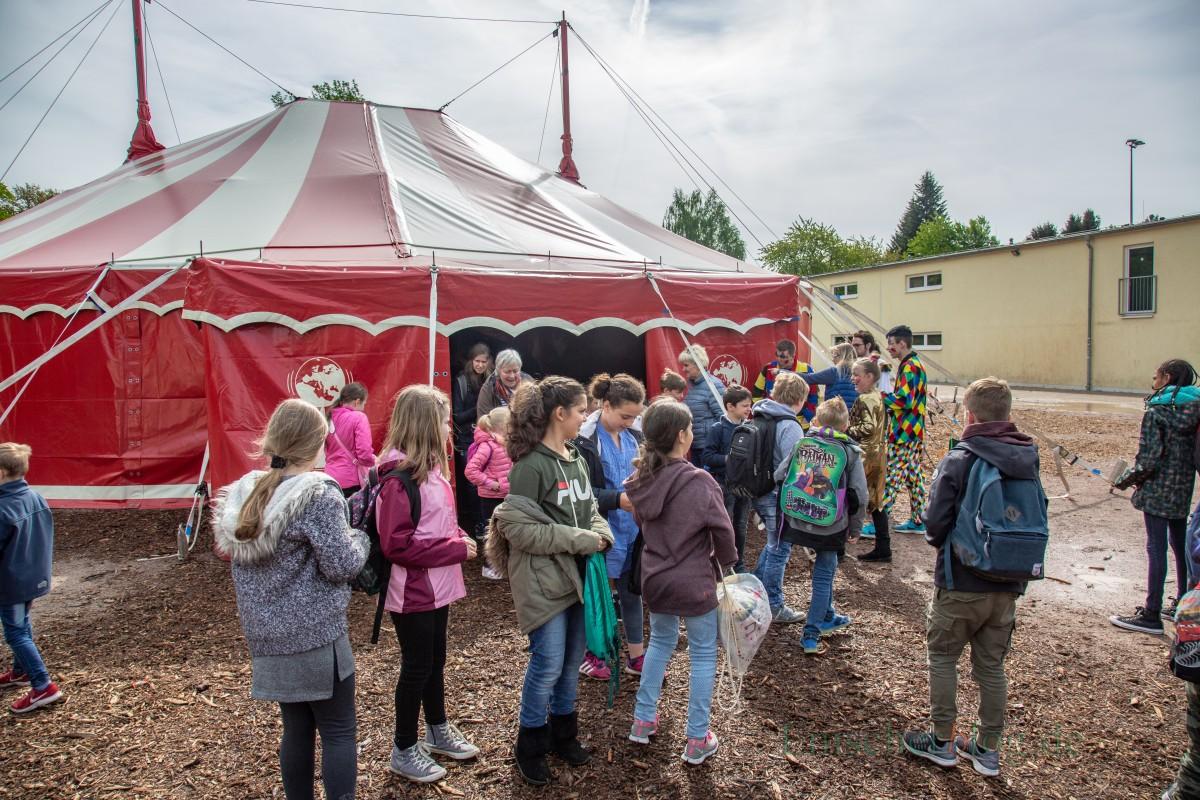 """Die Kinder der Aloysius- und der Nordschule besuchten heute die erste der beiden Vorstellungen des """"Zirkus ohne Grenzen"""" der Josef-Reding-Schule. (Foto: P. Gräber – Emscherblog.de)"""