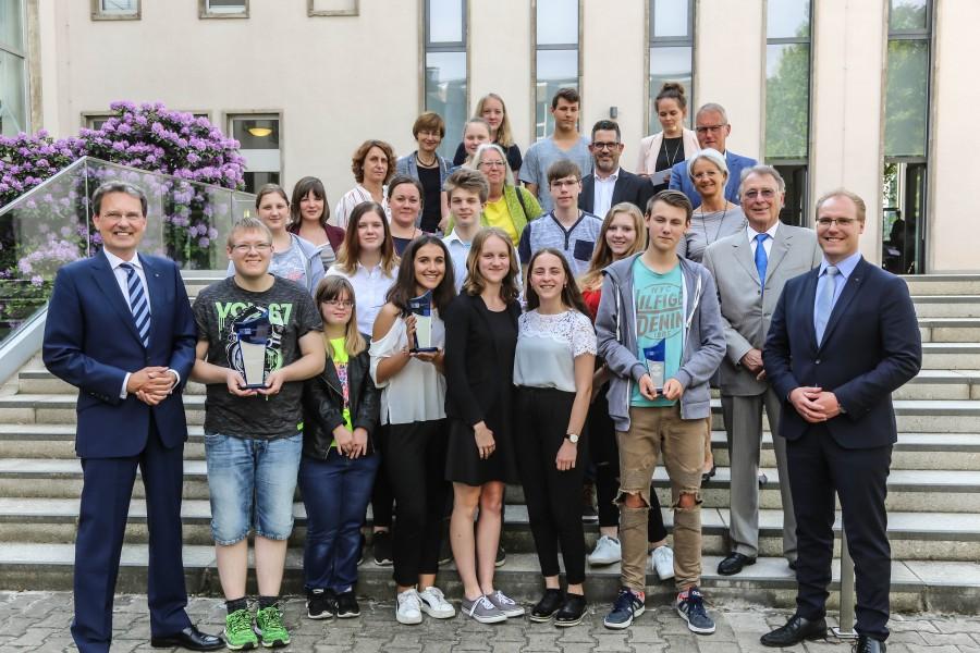Die stolzen Sieger des IHK-Schulpreises Wirtschaftswissen mit ihren Lehrern und den Stiftern Udo Dolezych (IHK-Ehrenpräsident, 2.v.re.), Prof. Dr. Guido Quelle (WKG, li.) und Michael Greiner (WJ, re.). Foto: IHK zu Dortmund/Oliver Schaper