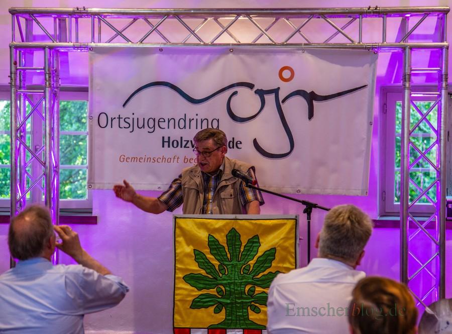 Paul Schmidt, einer der ersten Vorsitzenden, gab einen kurzen Rückblick auf die wechselvolle Geschichte des Ortsjugendringes. (Foto: P. Gräber - Emscherblog.de)