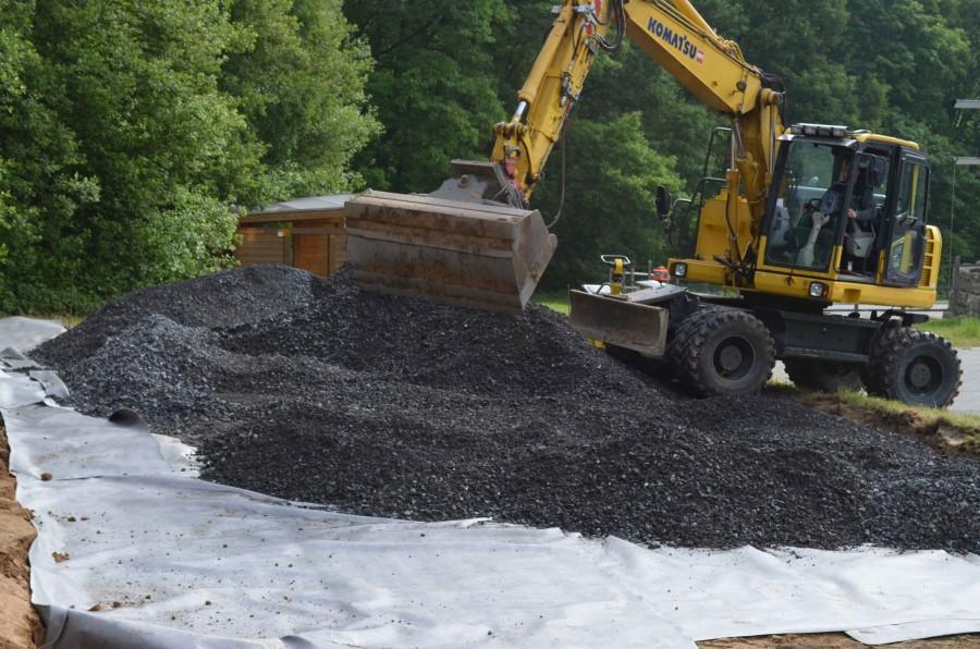 Bevor die beiden Container aufgestellt werden können, muss der Boden auf der Wiese mit dem Bienenstand vorbereitet werden. (Foto: privat)