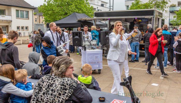 """Der Unnaer Percussionist und Drummer Michael Meier mit seiner Band """"Walkin White"""" sorgte für Stimmung bei der Daddy Edition des Streetfood-Marktes. (Foto: P. Gräber - Emscherblog.de)"""