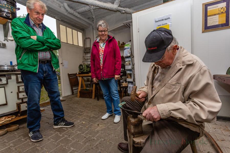 Landwirt HGeinrich Fiene führte zum Internationalen Museumstag heute in der Schmiede der Heimatstube vor, wie auf einer Dengelbank eine Sense geschärft wird. (Foto: P. Gräber - Emscherblog.de)