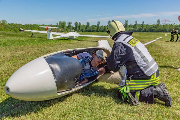 Die Freiwillige Feuerwehr der Gemeinde trainiert die Bergung eines verletzten Piloten aus der Kanzel eines Segelfliegers. (Foto: P. Gräber - Emscherblog.de)