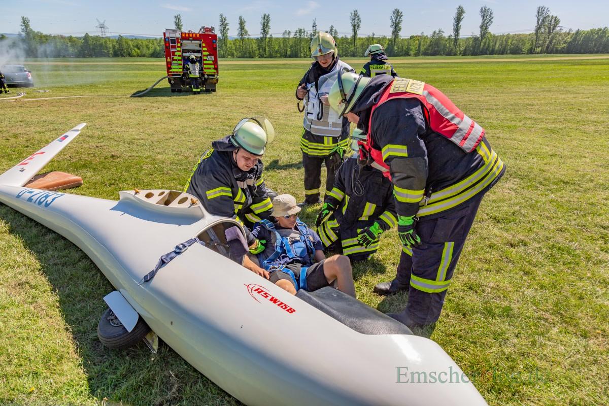 Die Mitglieder beider Löschzüge der Feuerwehr der Gemeinde übten heute (5. Mai) auf dem Segelflugplatz in Hengsen/Opherdicke die Bergung eines Piloten aus einem Flugzeugwrack und die Verlegung einer rund 500 meter langen Wasserleitung. (Foto: P. Gräber -Emscherblog.de)