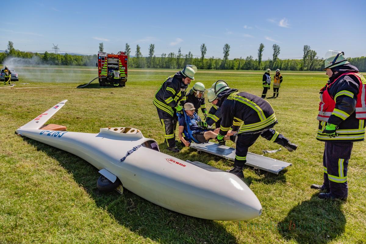 """Abtransport des """"verletzten"""" Piloten mit einer Trage zum RTW. (Foto: P. Gräber - Emscherblog.de)"""