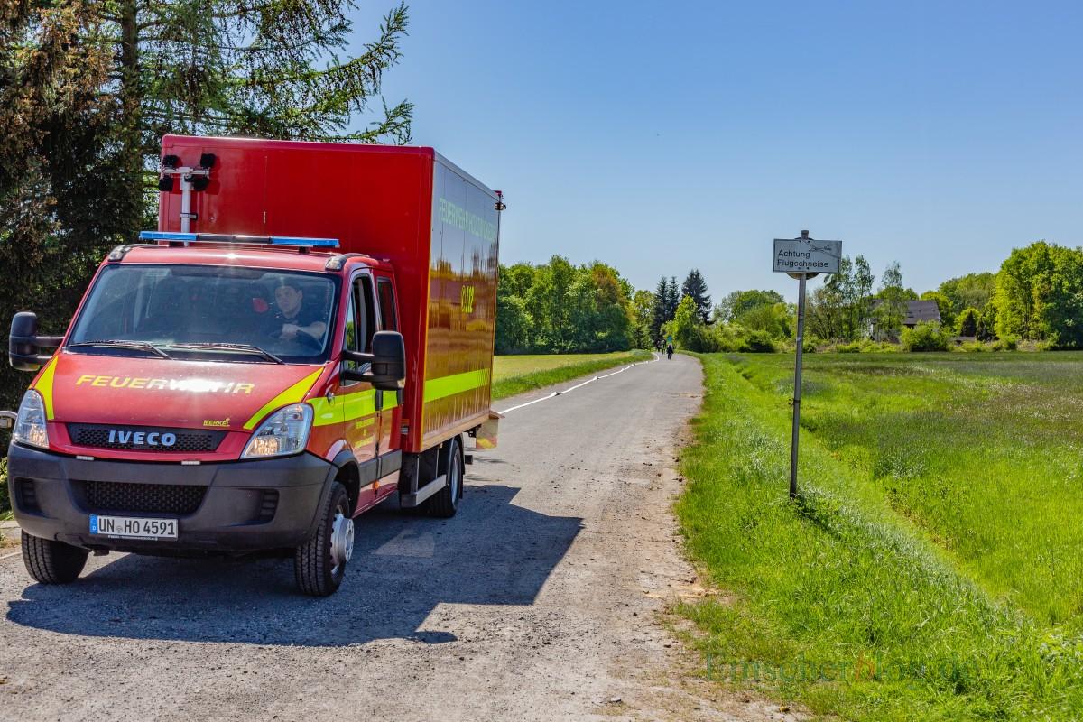 Die vielleicht noch größere Herausforderung für die Feuerwehr: Sie musste eine rund 500 Meter lange Wasserversorgung aufbauen, um auf dem Segelflugplatz löschen zu können. (Foto: P. Gräber - Emscherblog.de)