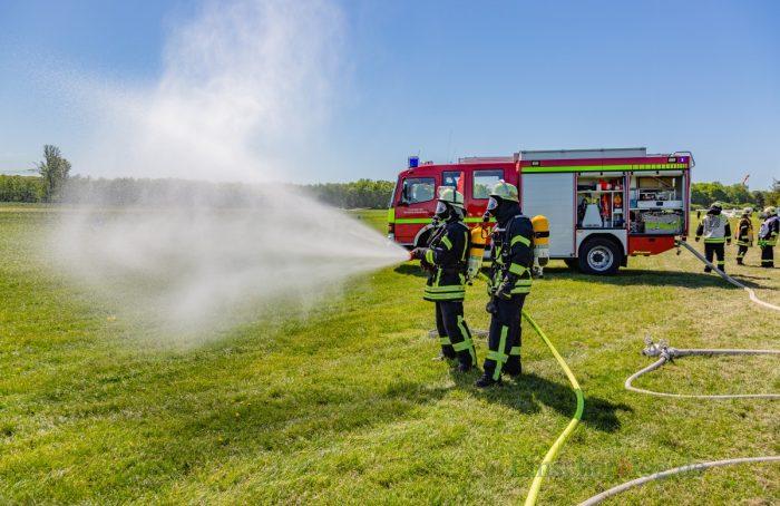 """Als die lange Schlauchleitung lag, kam das Kommando: """"Marsch!"""". In der Zwischenzeit wurde das Wasser aus dem Tanklöschfahrzeug (TLF) genutzt. (Foto: P. Gräber - Emscherblog.de)"""