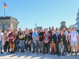 Die Teilnehmer der Pfingstfahrt der Jungen Union mit Hubert Hüppe (3.v.l.) auf dem Dach des Reichstages in Berlin. (Foto: privat)
