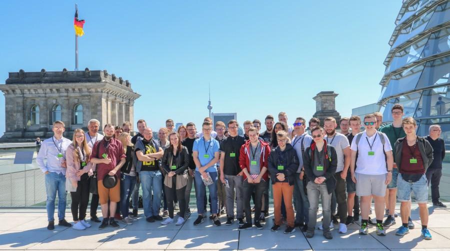 Die Teilnehmer der Pfinmgstfahrt der Jungen Union mit Hubert Hüppe (3.v.l.) auf dem Dach des Reichstages in Berlin. (Foto: privat)