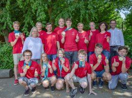 Stolz präsentieren die jungen Sportlerinnen und Sportler die gewonnenen Medaillen. Mit im Bild die zum Team gehörenden Lehrer und Schulleiterin Kornelia Henning-Puls (3.v.l.). (Foto: P. Gräber - Emscherblog.de)