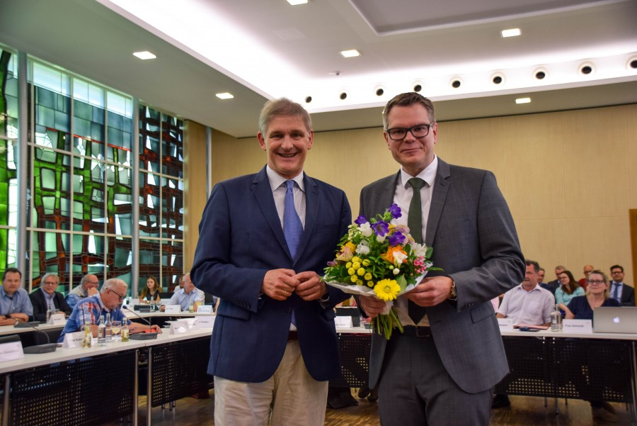 Landrat Michael Makiolla gratuliert  Mike-Sebastian Janke nach seiner Wahl zum neuen Kreisdirektor. (Foto: Constanze Rauert - Kreis Unna