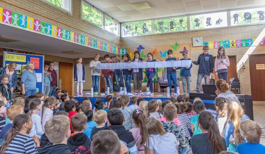 Die Kinder der 3.Klassen gestalteten Leserollen zu ihren Lieblingsbüchern. (Foto: P. Gräber - Emscherblog.de)