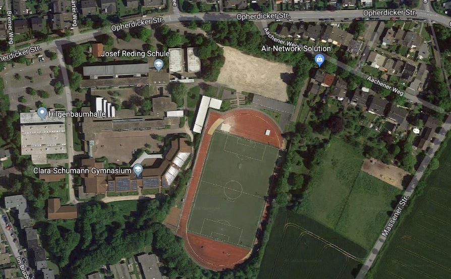 Den Parkplatz (helles Rechteck) zwischen Sportplatz und Aachener Weg schlagen die Vereine als Standort für das neue Sportforum vor. (Foto: Googlemaps.de)