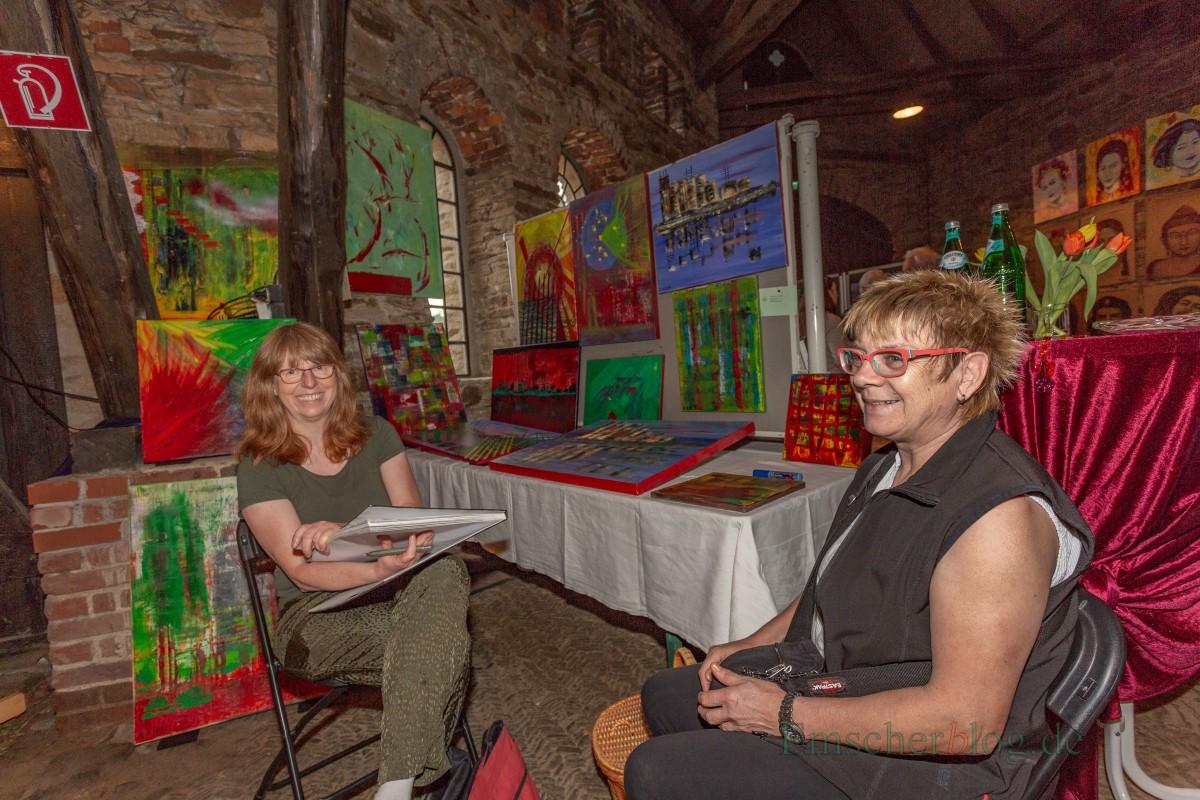 """Erika Ortmann (r.) aus Menden ist mit ihren abstrakten Bildern bereits zum 5. Mal beim Malermarkt dabei: """"Eine gute Gelegenheit, auszustellen und es macht auch noch richtig Spaß."""" (Foto: P. Gräber - Emscherblog.de)"""