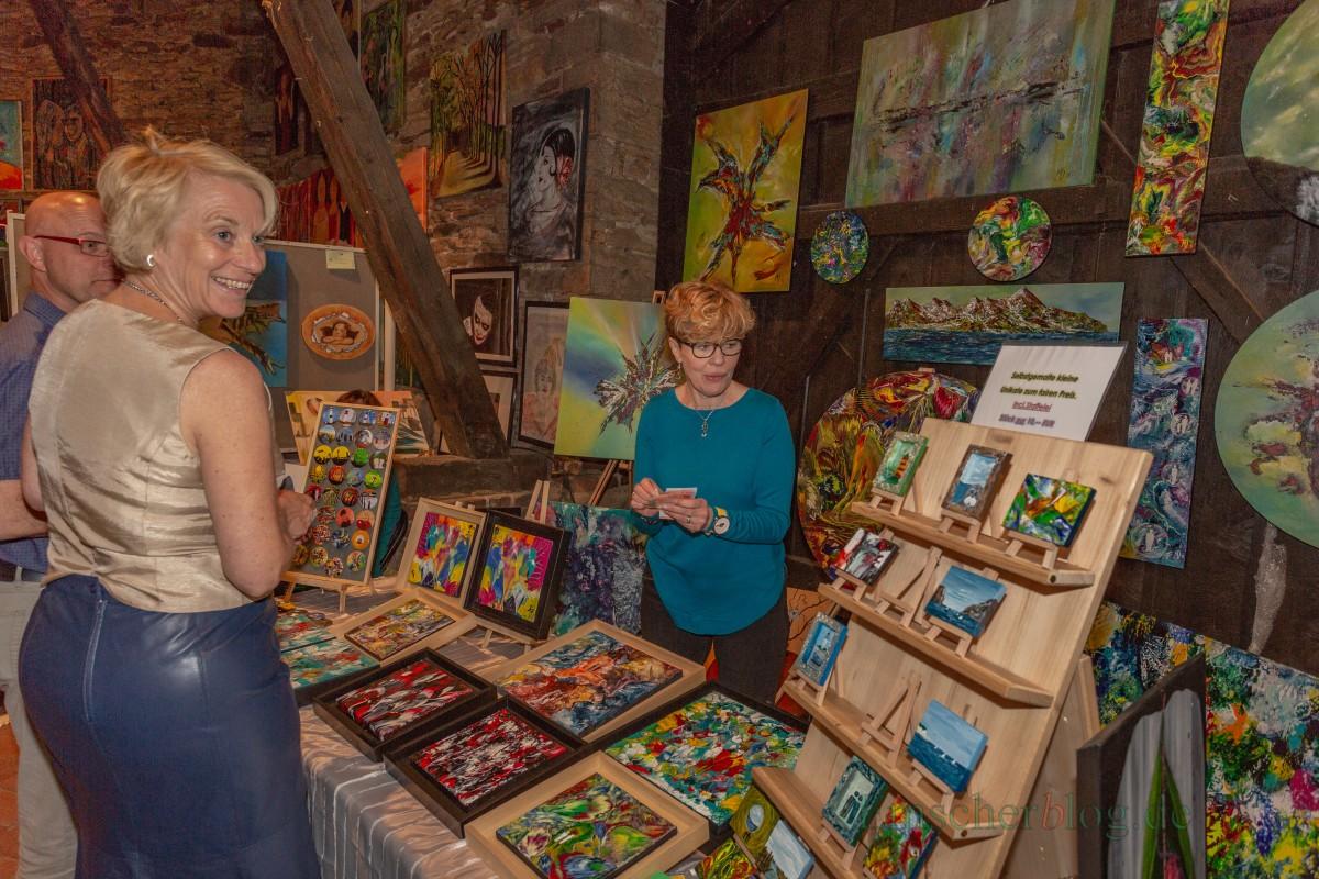Kam beim Publikum mit ihrer Acryl-Malerei im attraktiven Schattenfugenrahmen gut an: Maria Demandt malt ihre Bilder in allen Größen und Formen. (Foto: P. Gräber - Emscherblog.de)